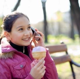 Bambini e cellulari. Foto: freedigitalphotos