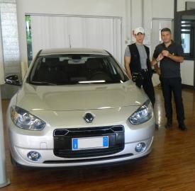 Alberto Tognazzi con la sua auto elettrica