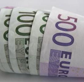 Gli italiani spendono sempre meno