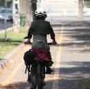 Donna in bicicletta per strada