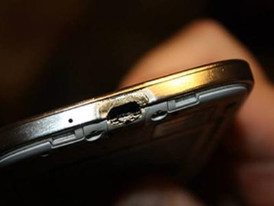 Samsung Galaxy S4 si incendia durante ricarica