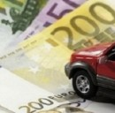 Risparmiare sull'assicurazione auto e sul pieno di carburante si può