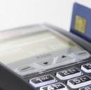 Pagare la benzina con carta di credito o bancomat? C'è la commissione
