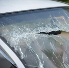 Mi hanno rotto il vetro della macchina: cosa faccio?