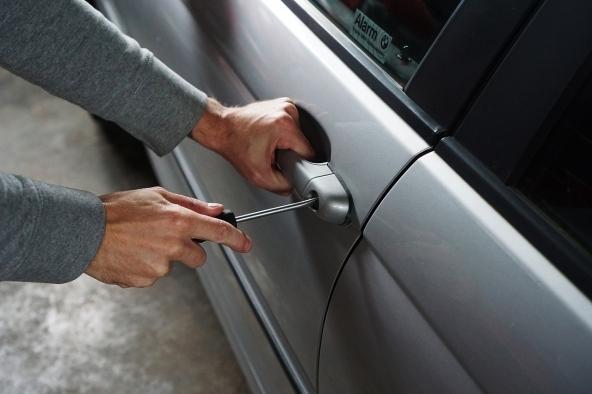 Lascia l'auto in un parcheggio custodito